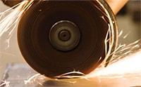 Quá trình này liên quan đến việc sử dụng các lực vật lý để cắt một đối tượng.Ví dụ về loại cắt này bao gồm cưa, cắt và khoan.