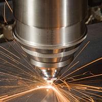 Lasertập trung một chùm ánh sáng tập trung công suất cao, làm nóng và làm tan chảy vật liệu, trong khi khí thổi đi chất thải tan chảy
