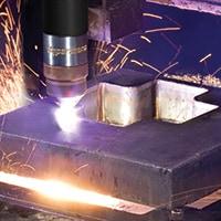 Plasmasử dụng khí ion hóa ở nhiệt độ cao để tạo ra hồ quang mật độ năng lượng cao, rất nóng, có thể cắt bất kỳ vật liệu dẫn điện nào